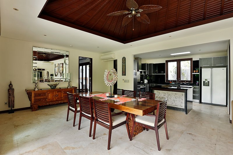 Bali Villa dining room and kitchen